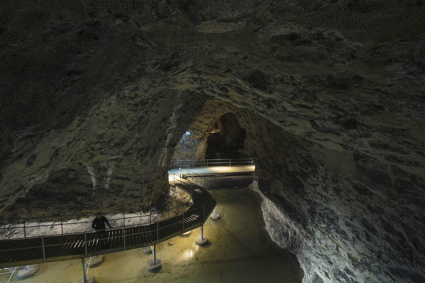 På billedet ses en nybygget træbro, der fører én sikkert gennem den smukke kulturarv i Mønsted Kalkgruber