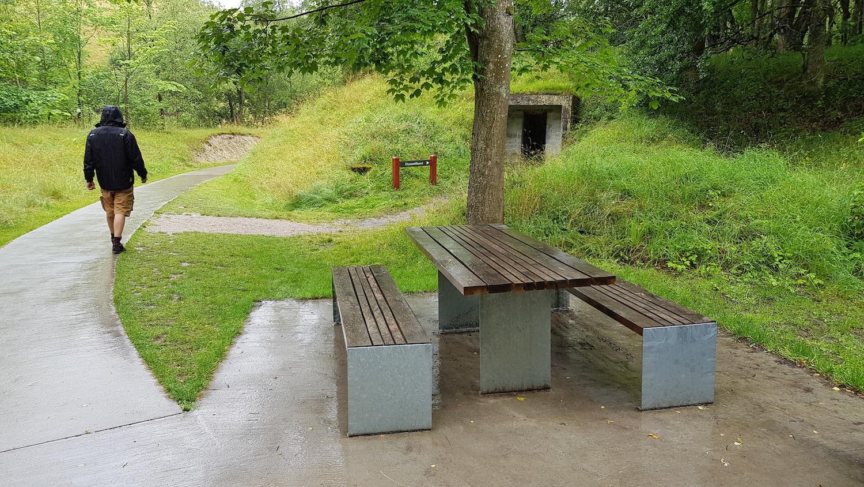 Billede af de specialdesignede bord-bænkesæt, hvor der er siddemulighed for alle. Også for kørestolsbrugere.