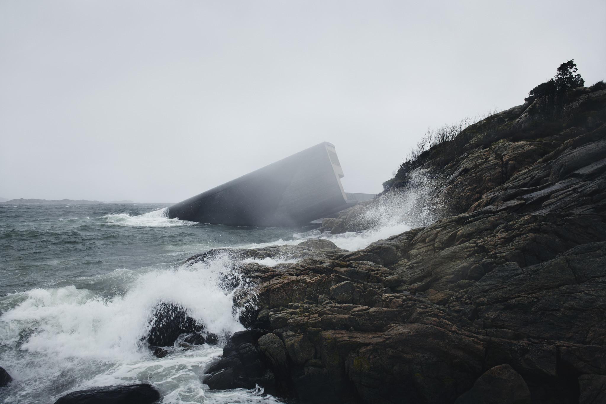 Vist udefra ligner restaurant Under i Norge en bunker, som er sunket ned i havet.