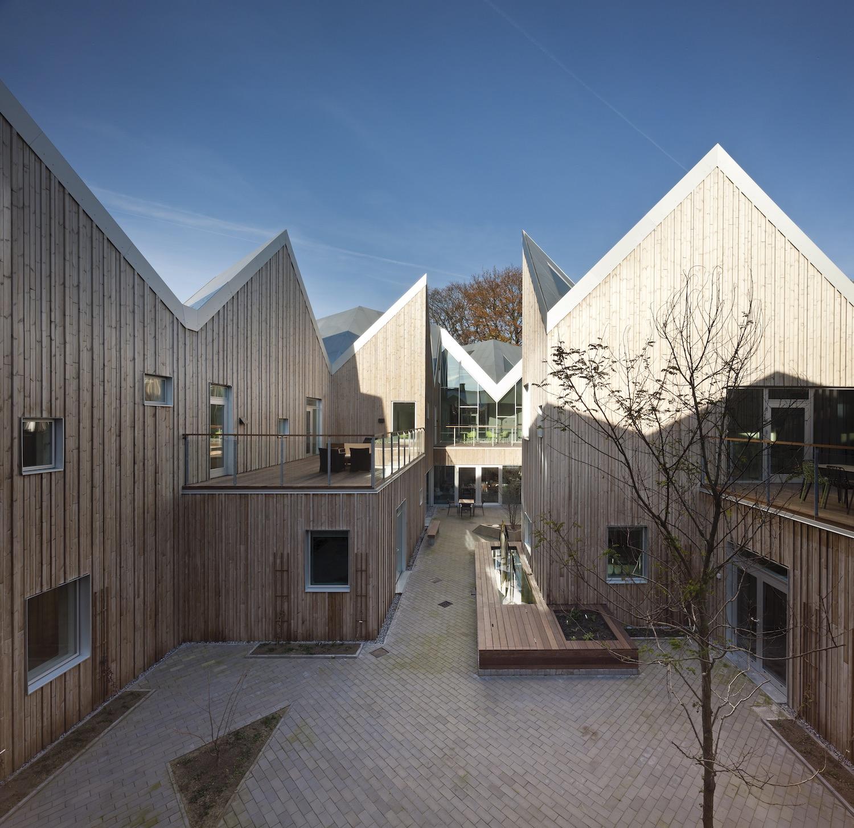 Bygningen af Københavns Center for Kræft og Sundhed har træbeklædning, som giver en varm atmosfære i gårdrummet.