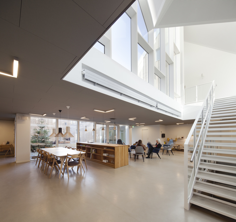 Her ser vi det store fælleskøkken, som er placeret centralt i bygningen for at skabe fællesskab blandt alle husets brugere.