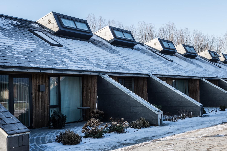 På billedet ses rækkehusenes flisebelagte terrasser, hvorfra der er niveaufri adgang til boligerne