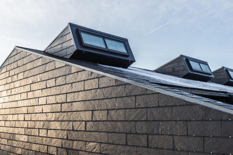 Et billede af de karakteristiske ovenlysvinduer, der sikrer et naturligt lysindfald i boligerne året rundt og bidrager til et godt indeklima