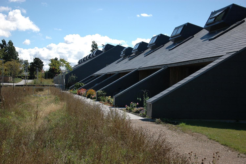 Billedet som er taget foran Søhusene viser de sorte skråtag og flisebelagte terrasser.