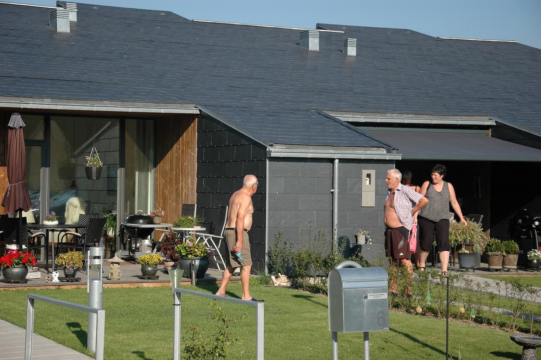 Vi ser her nogle af Søhusenes beboere, der bruger deres haver og har en oplevelse med deres naboer. De renoverede boliger blev især en succes blandt ældre i kommunen.