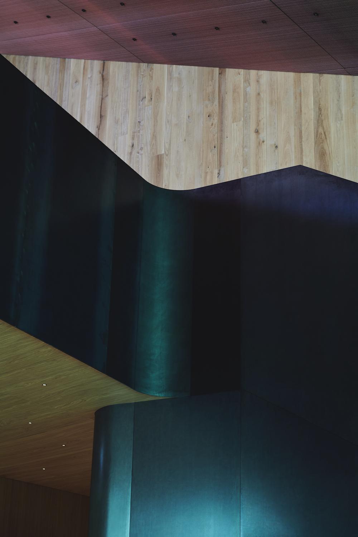 På billedet ses de smukke lokaleproducerede træpaneler op imod de mørke tekstilpaneler, hvilket skaber et sanseligt udtryk