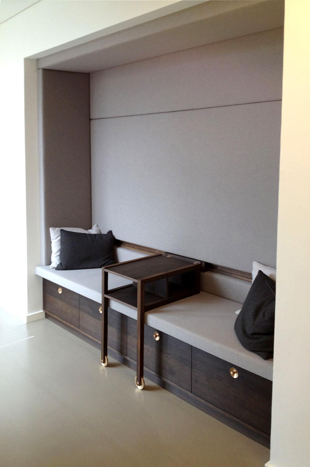 Et billede af en blandt mange siddemuligheder. Her er en, hvor der ekstra er arbejdet med akustikken. Den tilbagetrukne sofa skaber en niche, hvor man kan have en privat samtale.