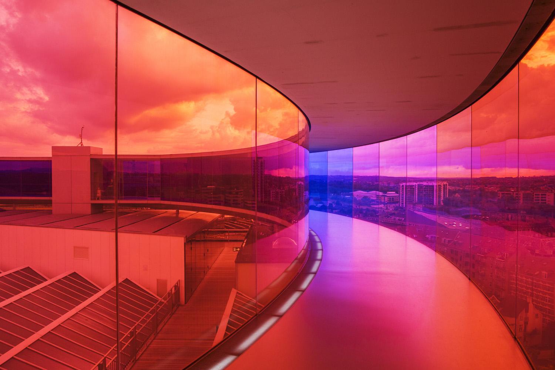 På taget af kunstmuseet, ARoS, er den regnbuefarvede glasgang, som har udsigt til Aarhus by.