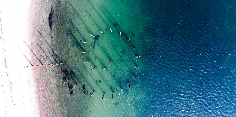 Her ses et luftfoto af Havfruefløjterne. Oppefra kan man se, hvordan de enkelte søjler danner en spiralform og deres funktion som 'land art' bliver tydelig.