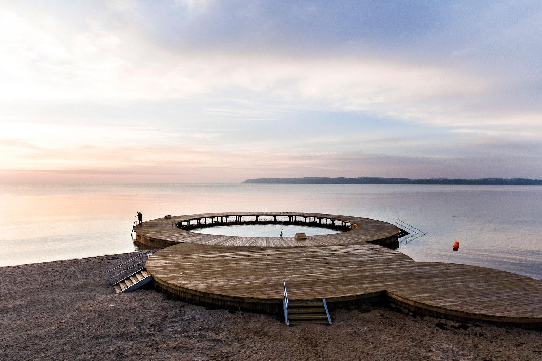 På billedet ses en det nye badeanlæg, som består af cirkler, der skaber forskellige muligheder og tryghed for de badende gæster
