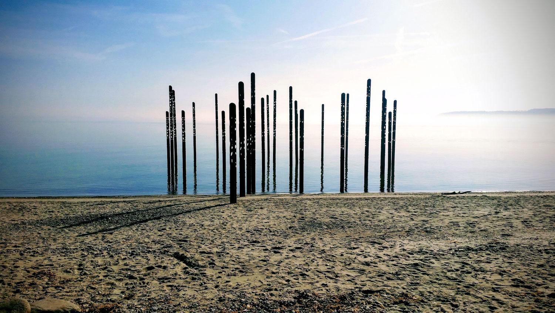 Billede af havfruefløjterne, som er nogle stålsøjler der er placeret i vandet ved Østerstrand.
