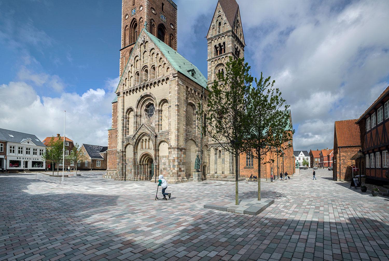 Et billede af Ribes nye domkirkeplads, hvor kirkens sokkel nu er i niveau med den omkringliggende plads