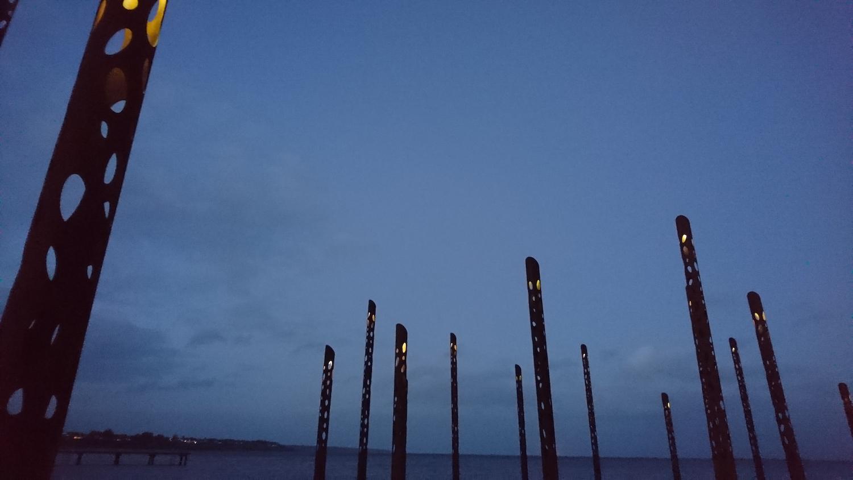 Billedet viser Havfruefløjterne om aftenen, hvor LED-lamperne i toppen er tændt. Det ekstra lys skaber tryghed, men gør også at Havfruefløjterne er en god oplevelse om aftenen.