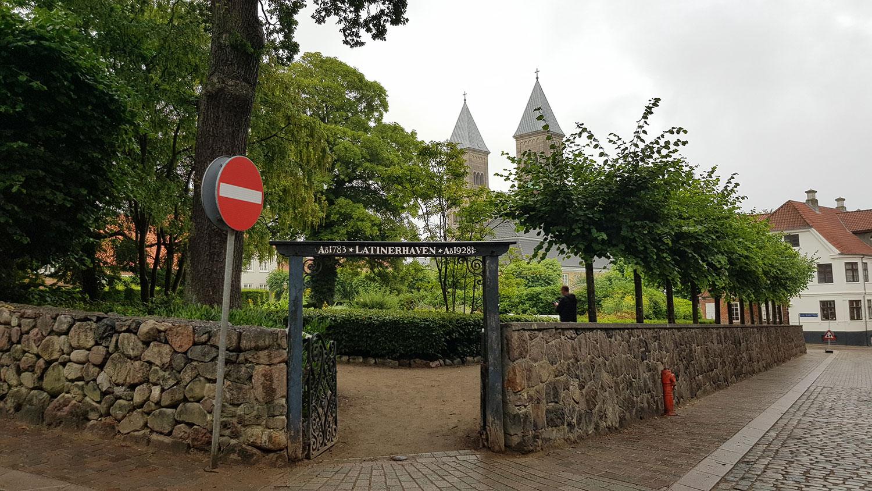 Billedet viser indgangen af latinerhaven i Viborgs bykerne, som er blevet mere tilgængelig efter renoveringen