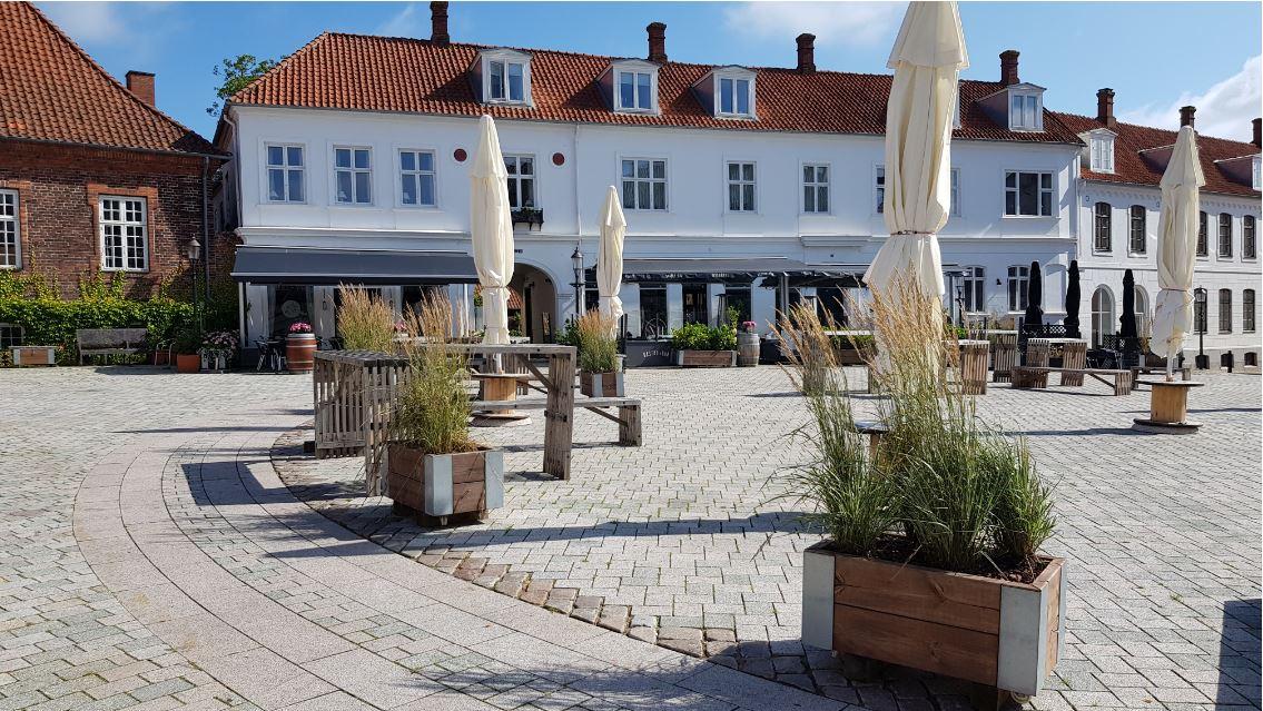 Et billede fra Viborg Nytorv, hvor små bevarede detaljer ses sammen med den nye jævne belægning