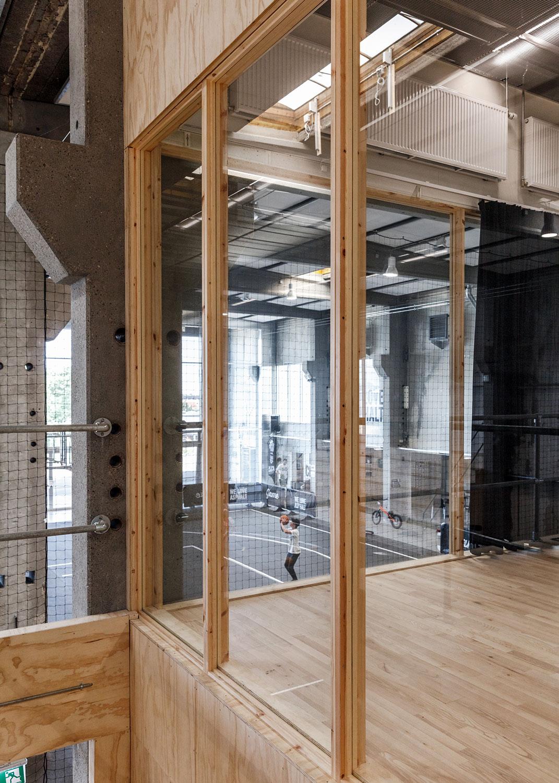 Vi ser her førstesalen, der kan tilgås med elevator, der er lavet med store glaspartier. Sådan har de arbejdet med forbindelsen i bygningen, så alle kan være med.