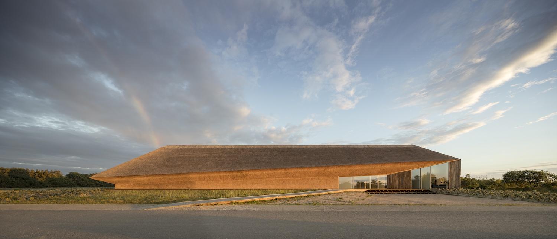 Vadehavscentret og en regnbue i baggrunden