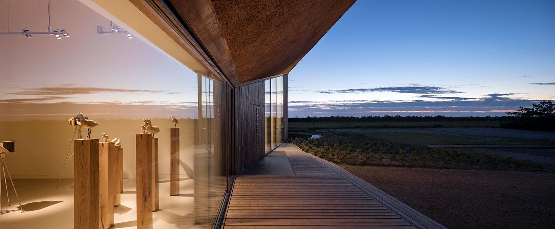 Vi ser hvordan den indendørs udstilling går i dialog med naturen omkring Vadehavscenter gennem det store vinduesparti. Vi ser både inde og ude på én gang, og at de går i forbindelse med hinanden.