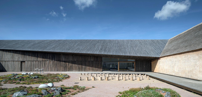 Et bredt udsnit af gårdrummet, der inviterer til deltagelse og oplevelser. Det viser også, hvordan man kan bevæge sig rundt i det naturlige gårdrum både på en grussti og en trægang langs facaden.