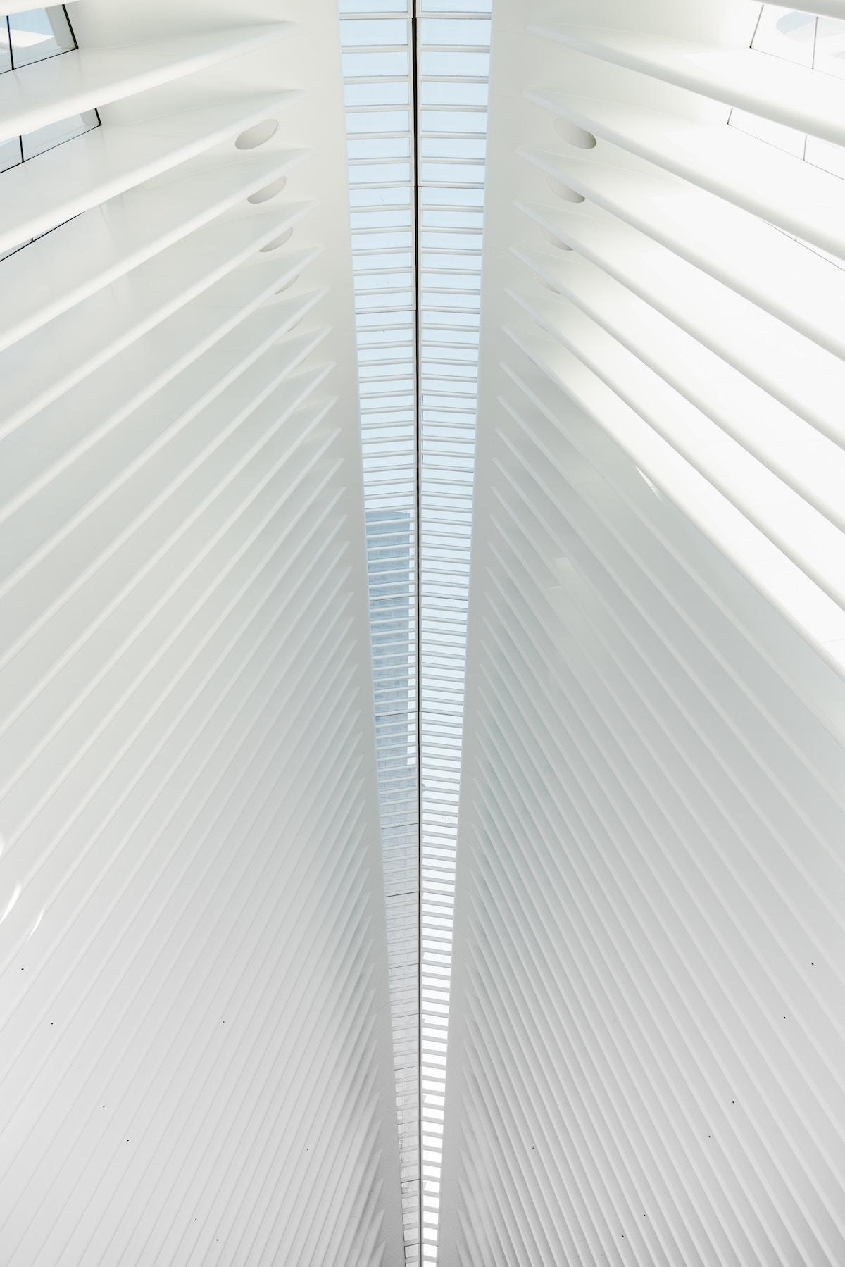 Billedet viser et hvidt tag indefra med glas i midten.