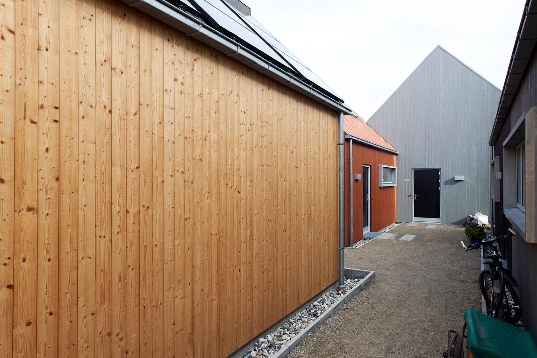 Billedet viser hvordan de enkelte huse er forbundet af en grussti, der gør dem til en integreret del af fællesskabet. Samtidig ser vi, at husene har forskellige farver, så det er nemt at finde hjem.