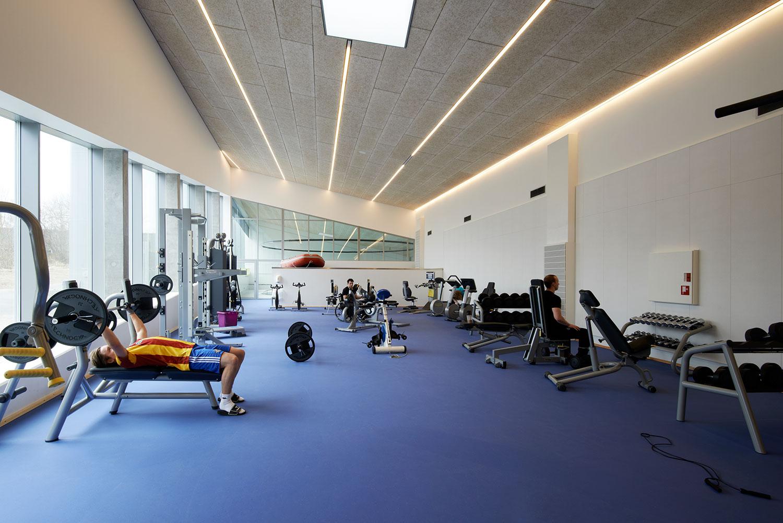 På billedet ses Vandhallas træningsområde der med god plads omkring de mange varierende maskiner kan benyttes af alle