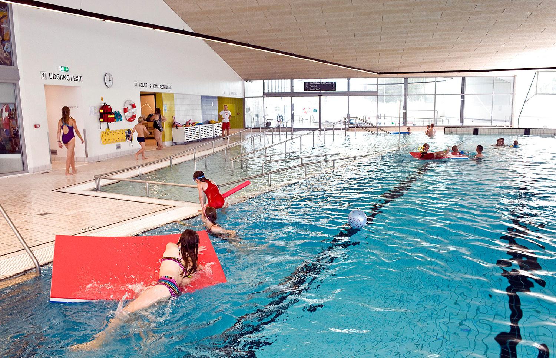 Feriegæster, institutioner og den lokale svømmeklub bruger Vandhalla. Der er også åbent for offentligheden.