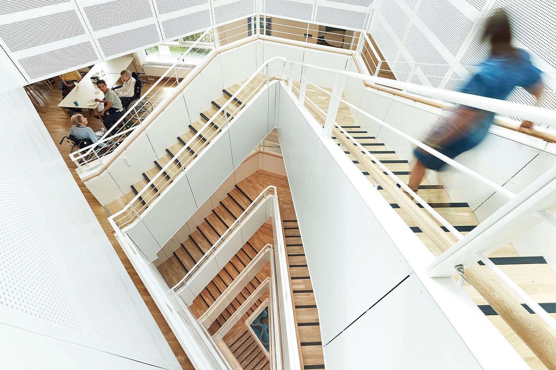 Her ses en trappe, som binder alle etagerne sammen. Den fungerer også som træningstrappe.