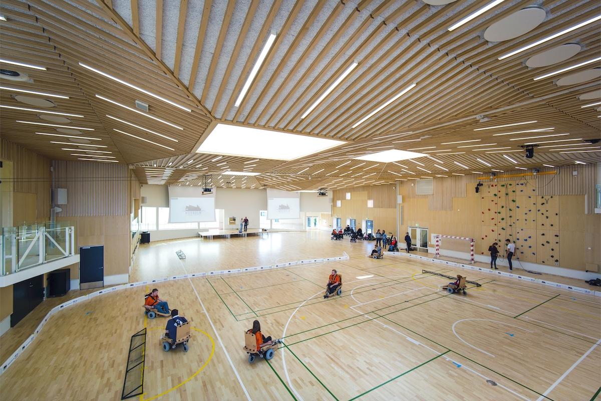 På billedet er der elhockey i Multihallen. Den kan også bruges til kørestolsrugby eller powerchair-floorball.