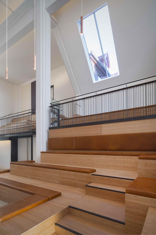 Her vises kirkens indendørs trapper og vindueskig op mod himlen