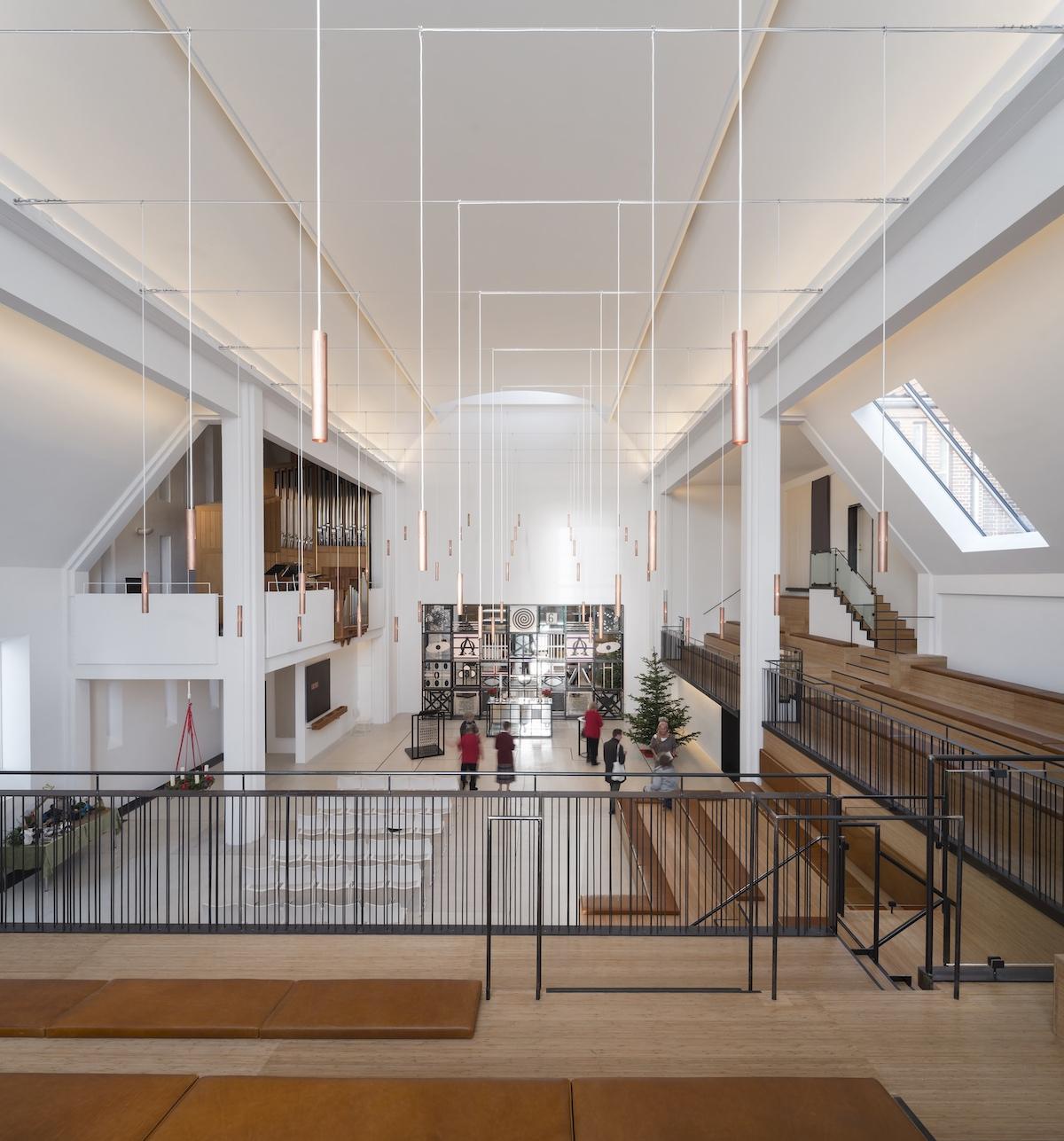 Her ses belysningen i kirken, der spiller sammen med de øvrige materialer og bidrager til en helhedsoplevelse
