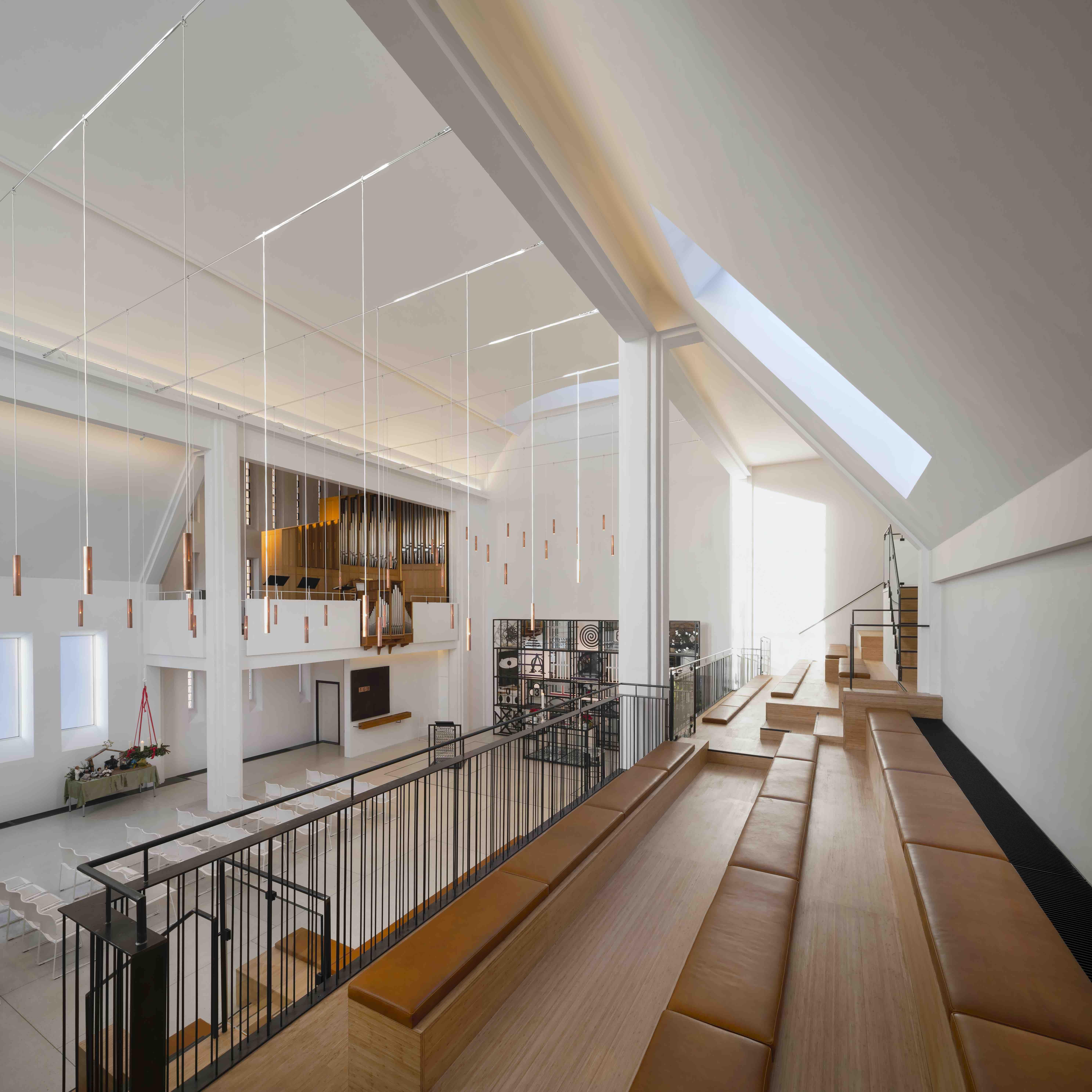 Her vises rummets ovenlysvinduer, som skaber et stort lyst rum i kirken.