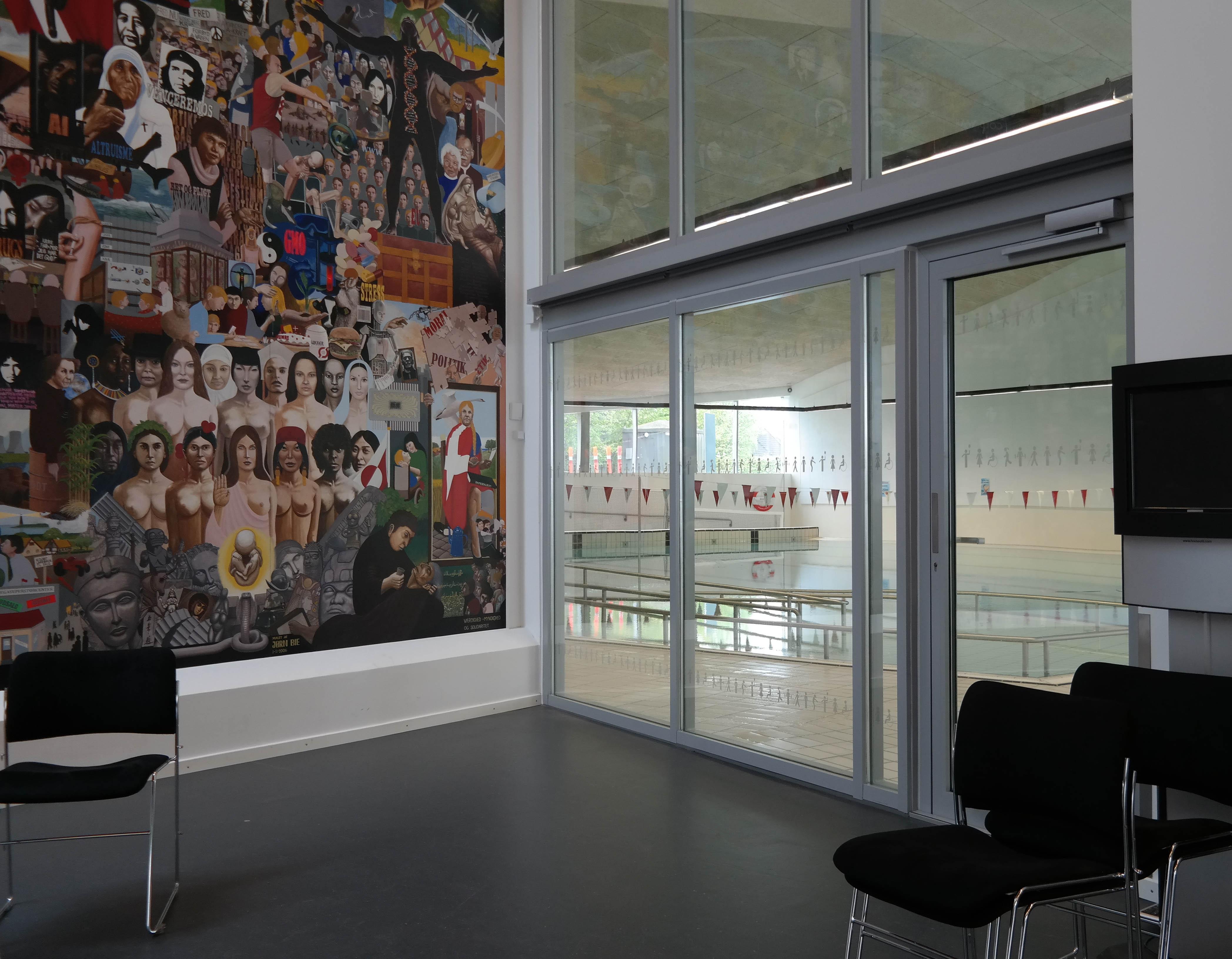 I foyeren kan du se ind til svømmehallen.