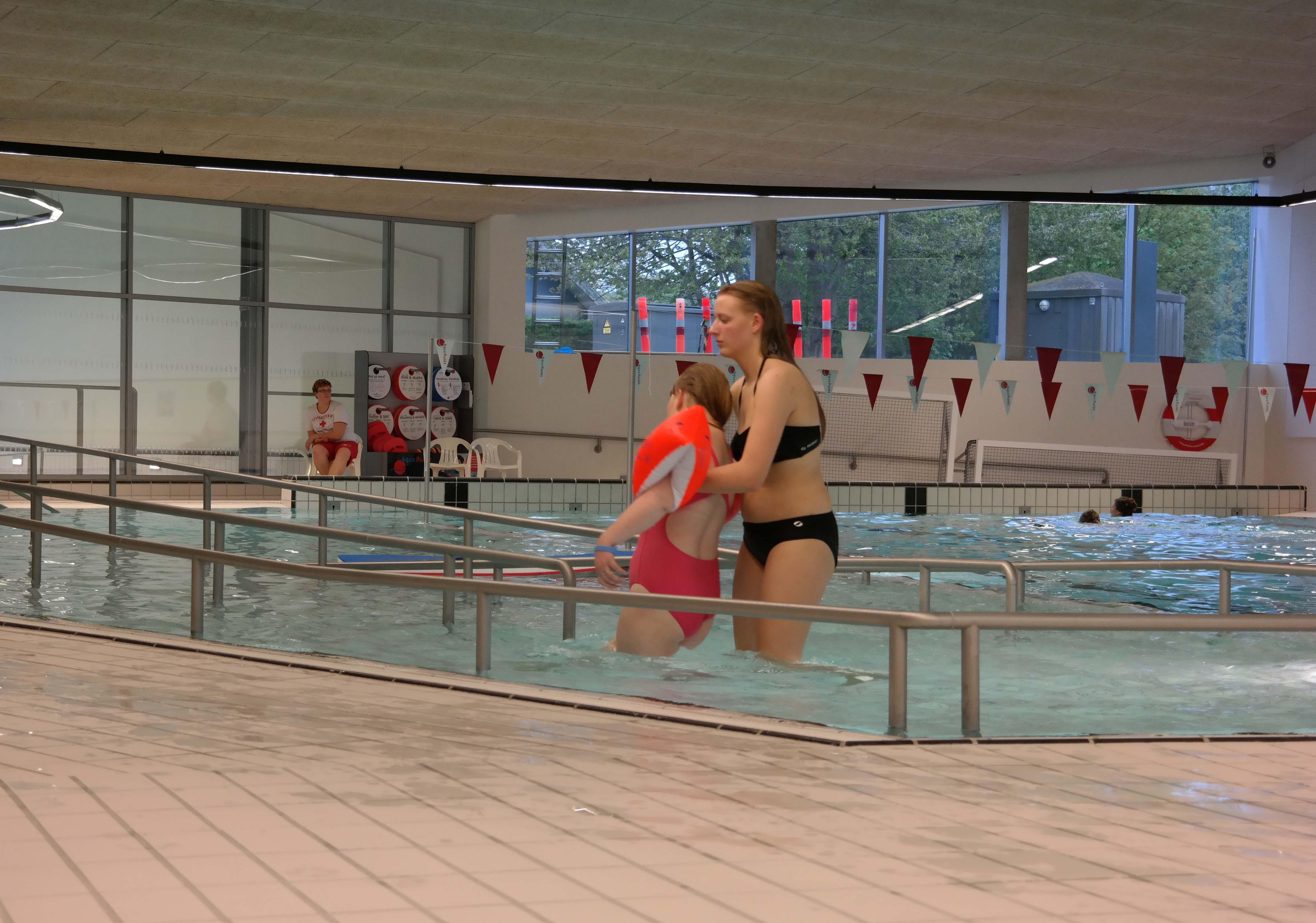 Rampen ned i bassinet fungerer som træningsredsskab i undervisningen.