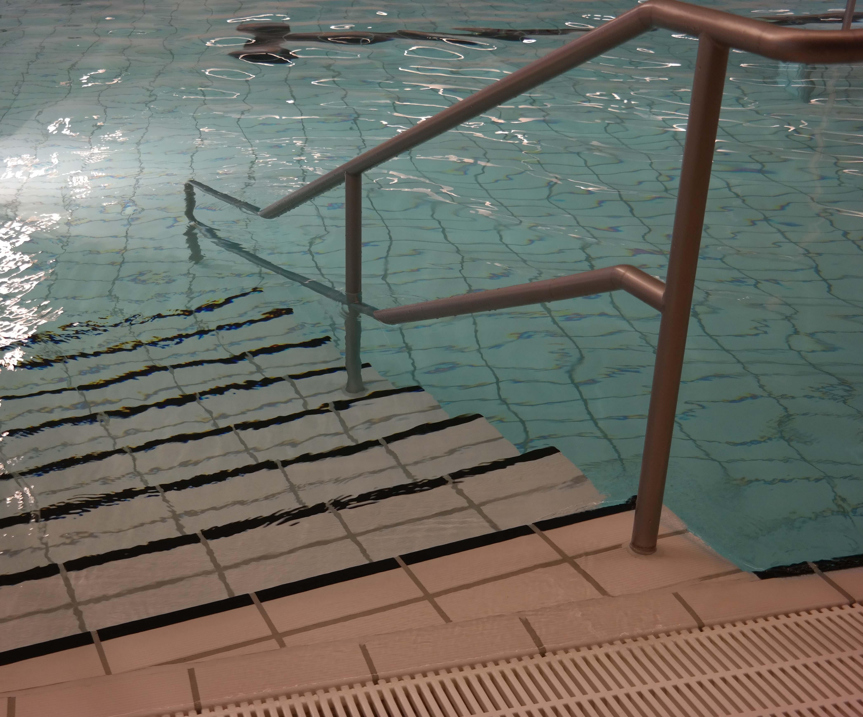 Her ses en trappe, som bl.a. bruges til, når man skal ned i vandet og som træningsredskab.