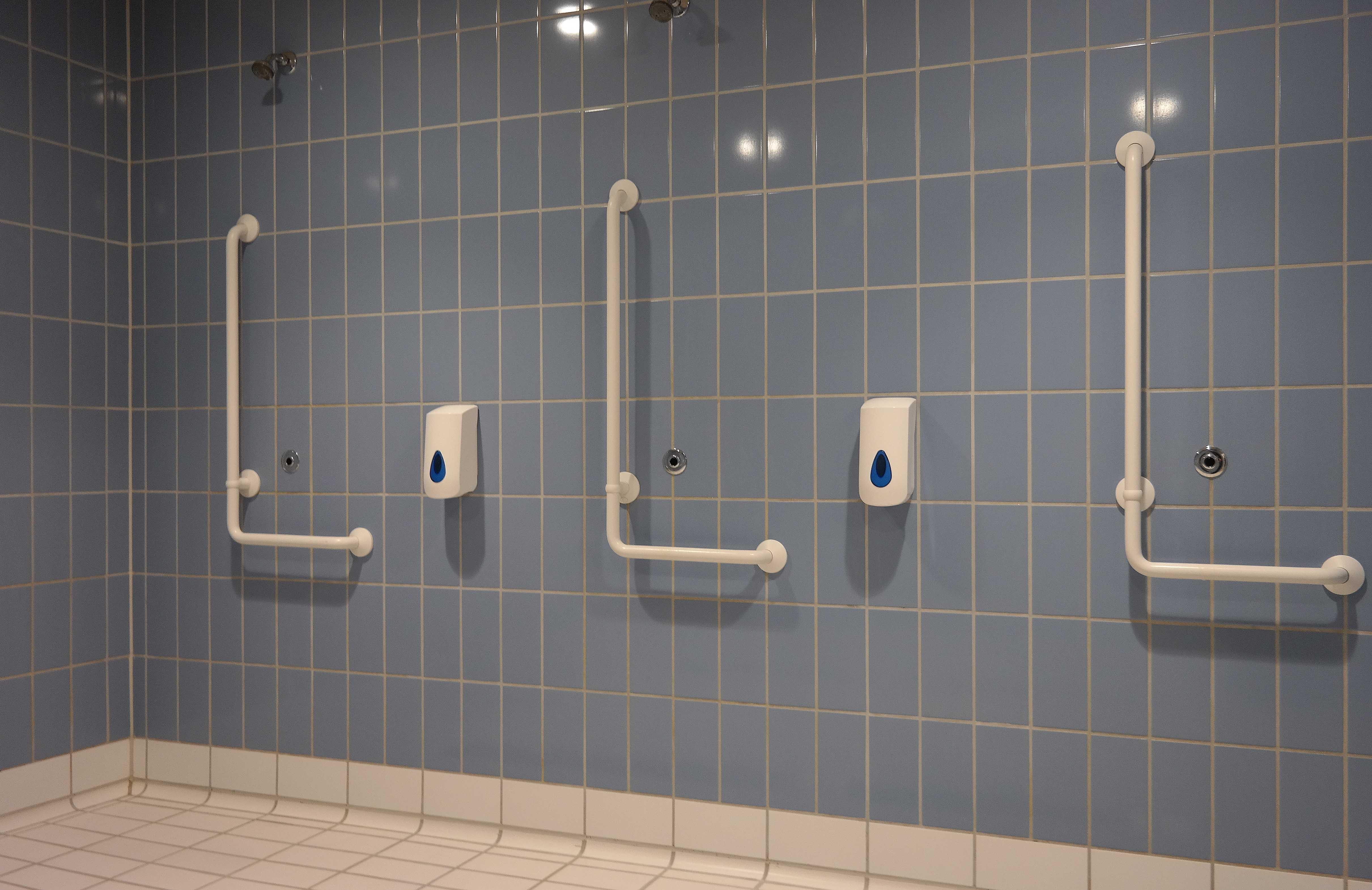 I brusebadet er der håndtag i forskellig højde, så flere nemt kan få støtte
