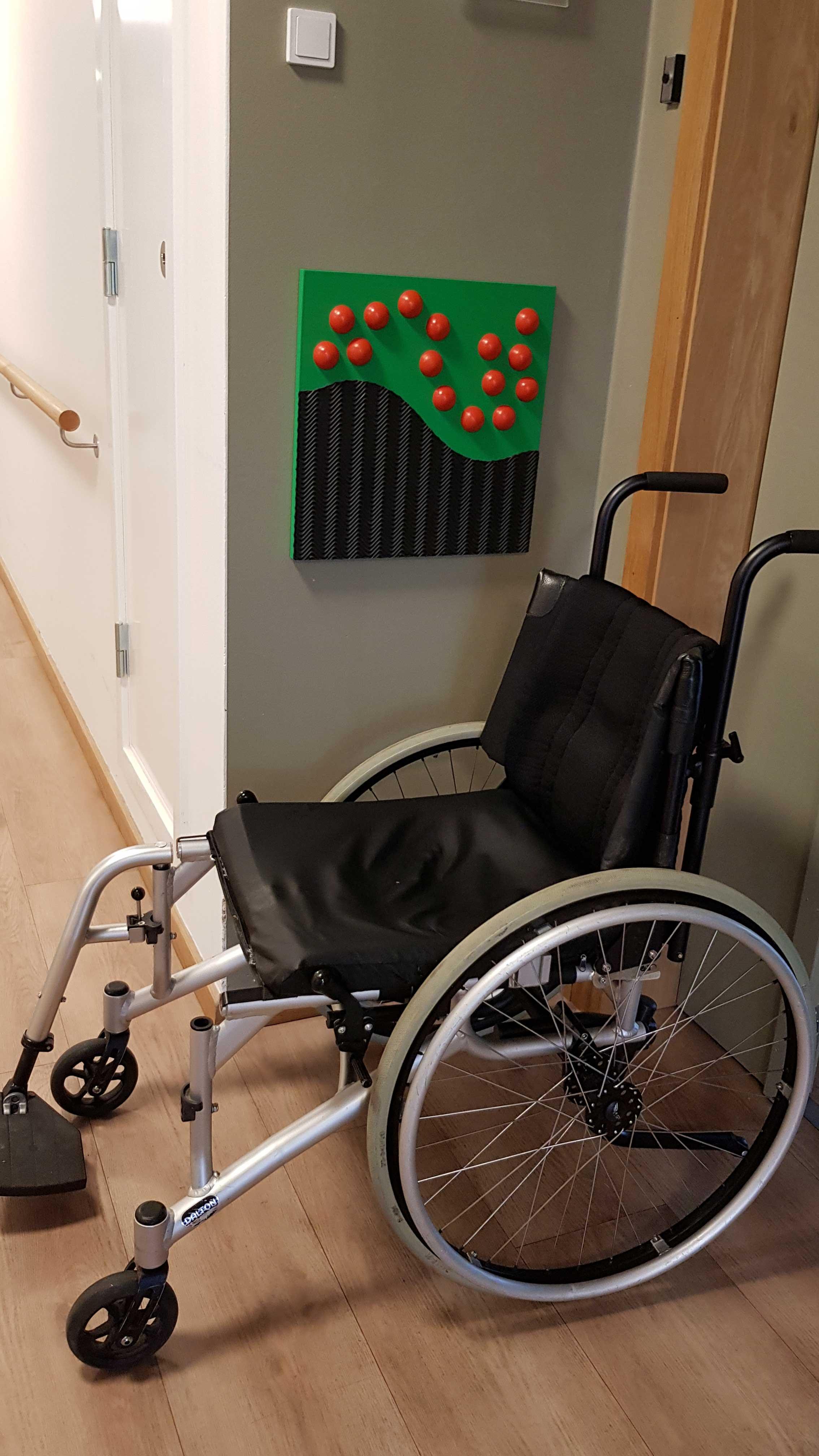 Her vises et taktilt skilt ud for en bolig. Det hjælper blinde beboere.