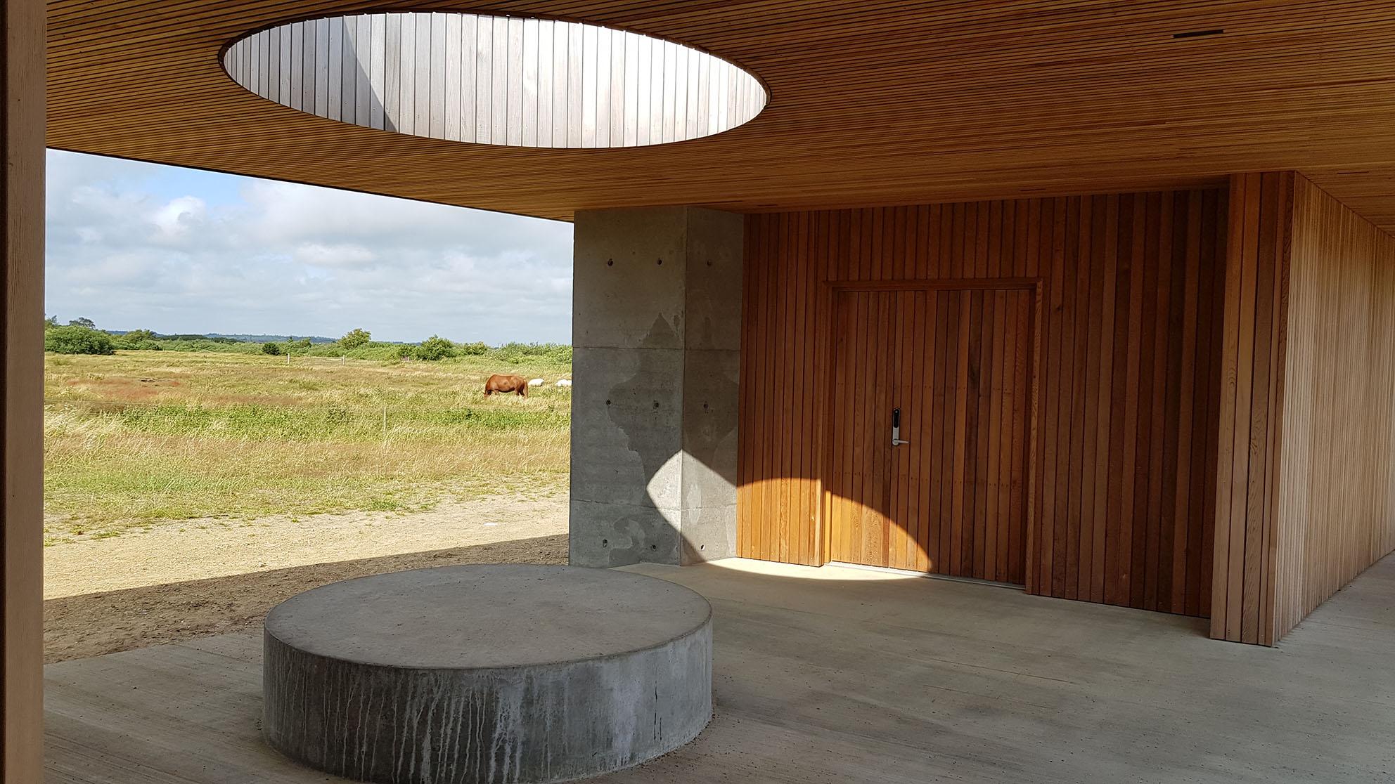 Udsigten i bygningerne er indrammet, så øjet ledes mod naturen og skaber mental tilgængelighed.