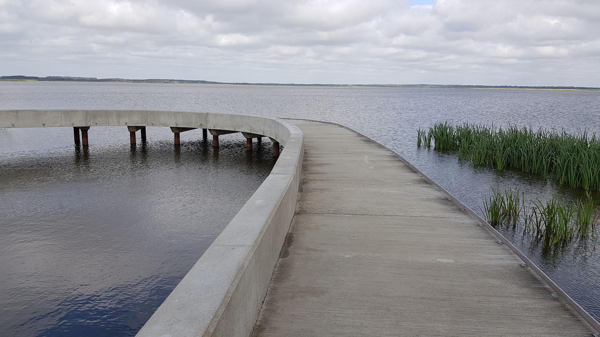 Her vises udsigtsbroens betonkant og hjulværn. Det fungerer som naturlige ledelinjer.
