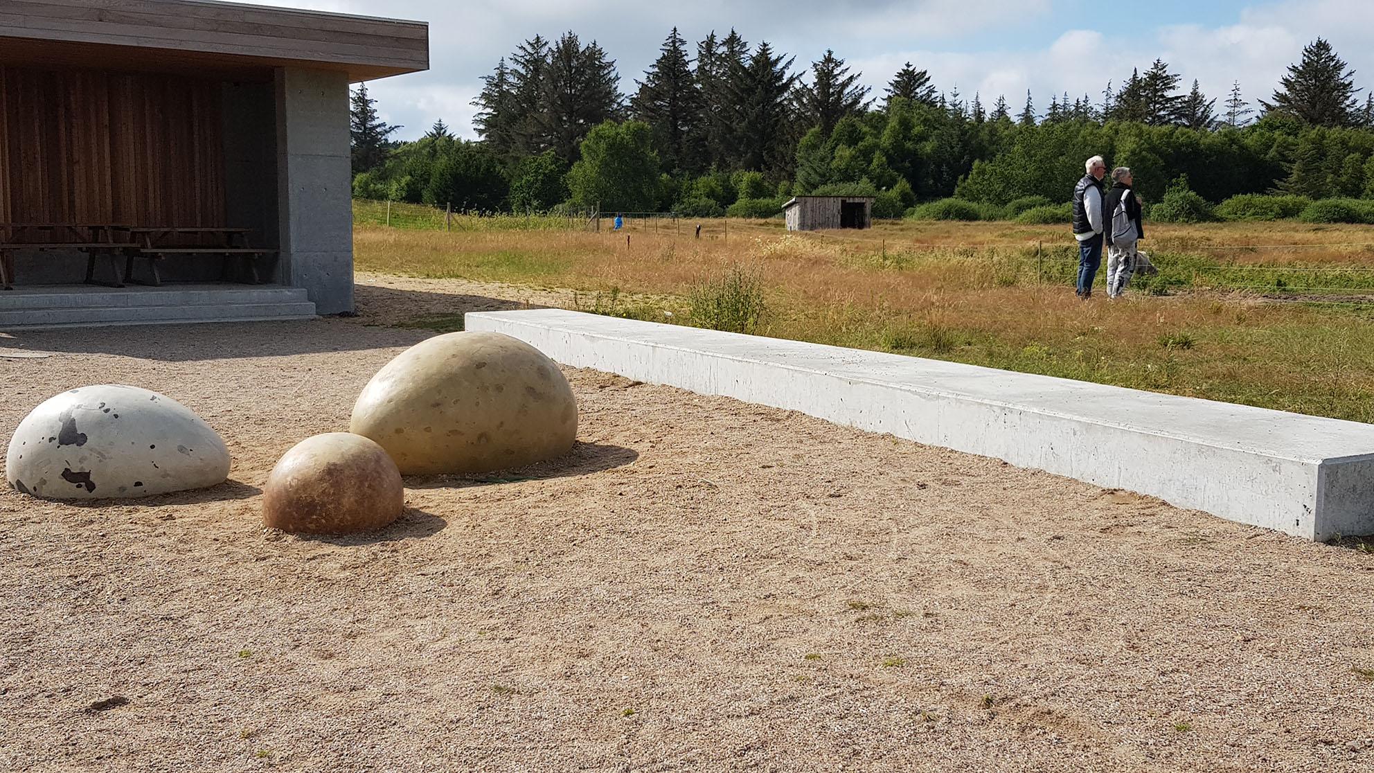 Her ses stenvægge, der inviterer til leg og berøring.