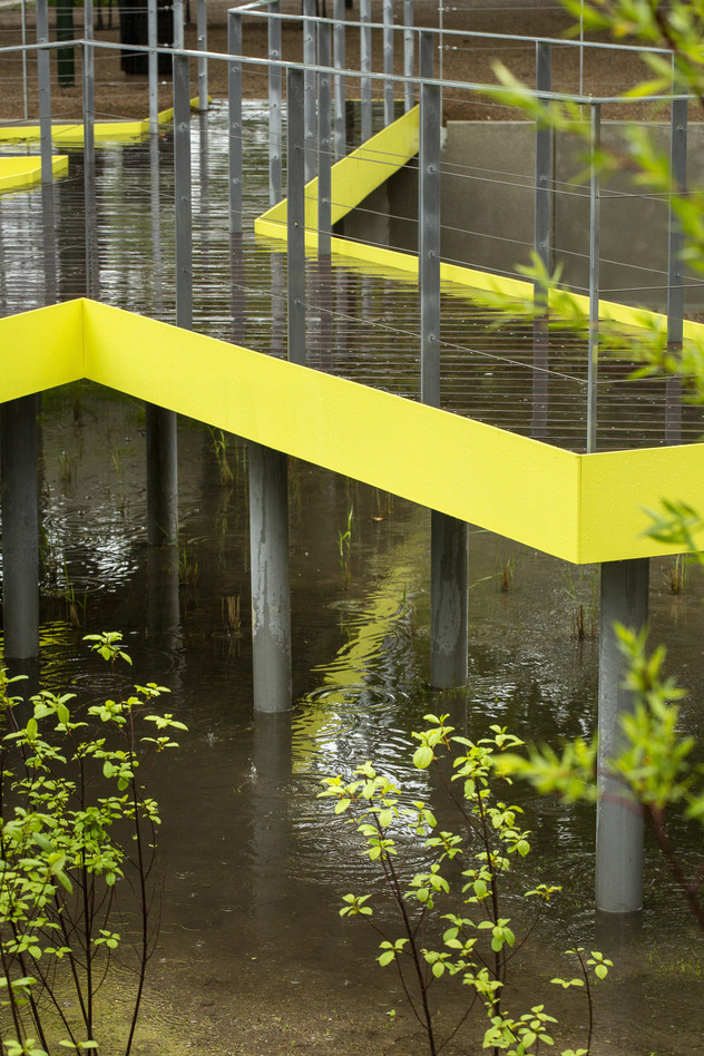 Her vises de ophøjede gangbroer, hvor kanterne er designet i en gul farve, der giver blikfang
