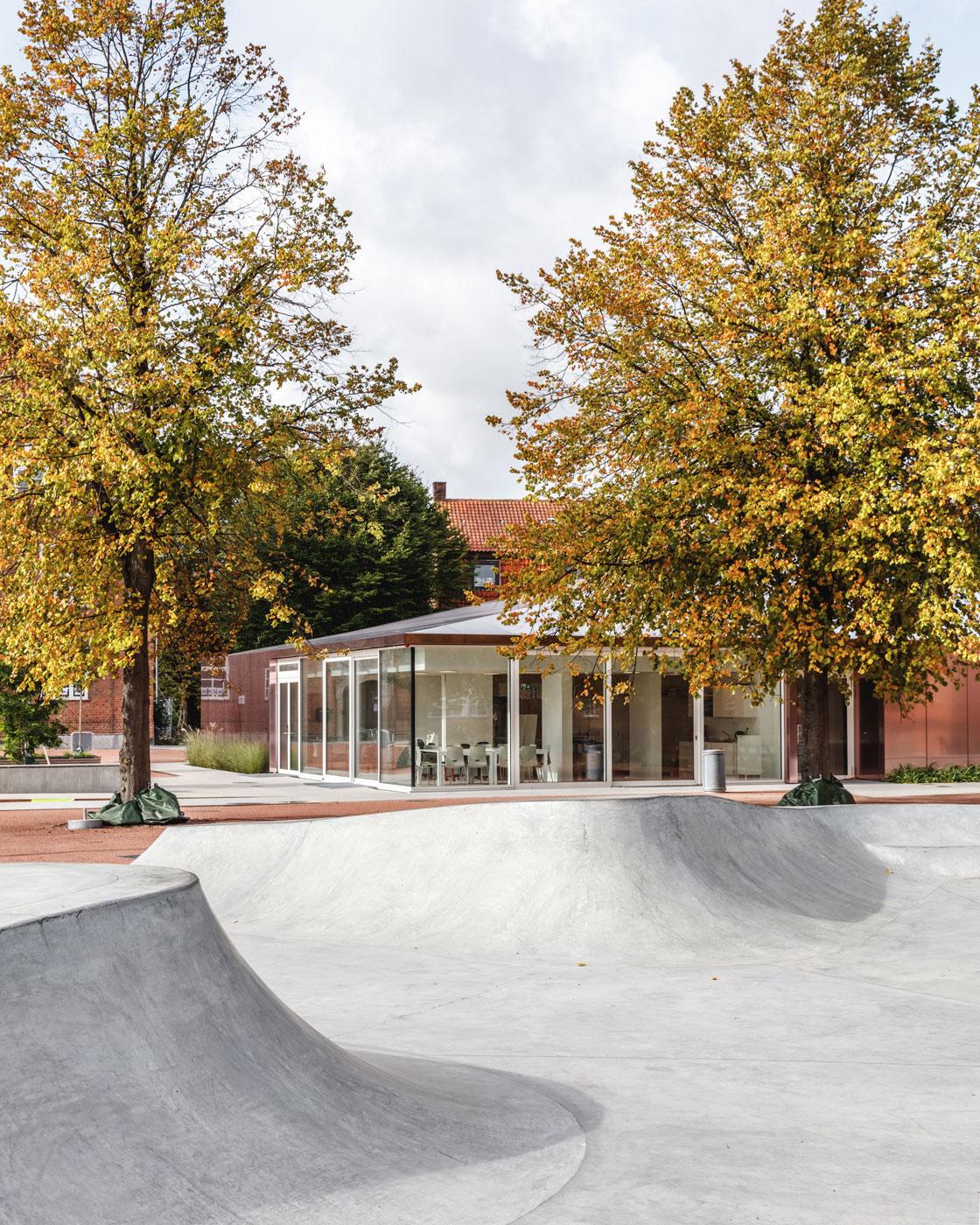 Her ses udendørsarealer, som indbyder til leg og sportsaktiviteter - fx BMX og skateboarding.