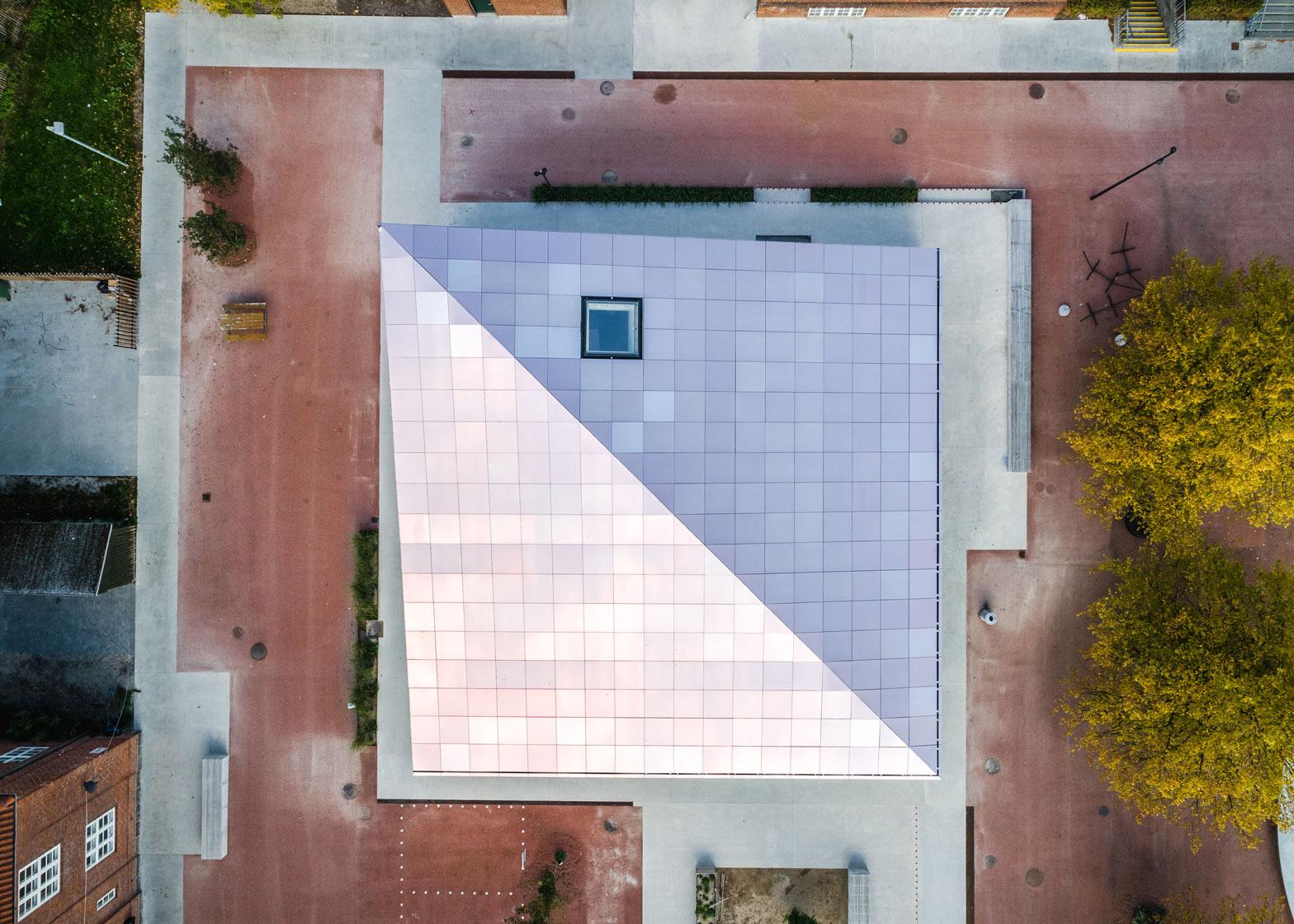 Et diagonalt snit bryder tagkonstruktionen på huset