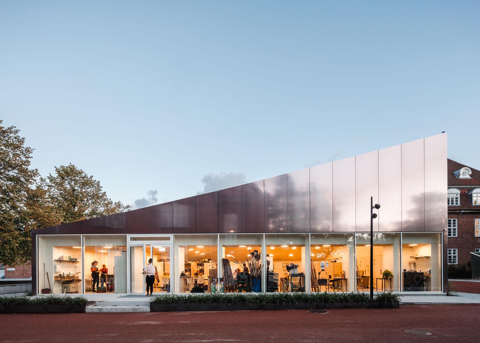Kunstens Hus er primært bygget i metal, træ og aluminium. Store åbninger og glaspartier forbinder hovedbygningen med udendørsarealerne.