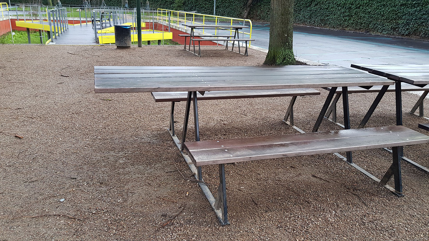 Bænk med udkraget bordplade for enden til dem, som bruger kørestol.