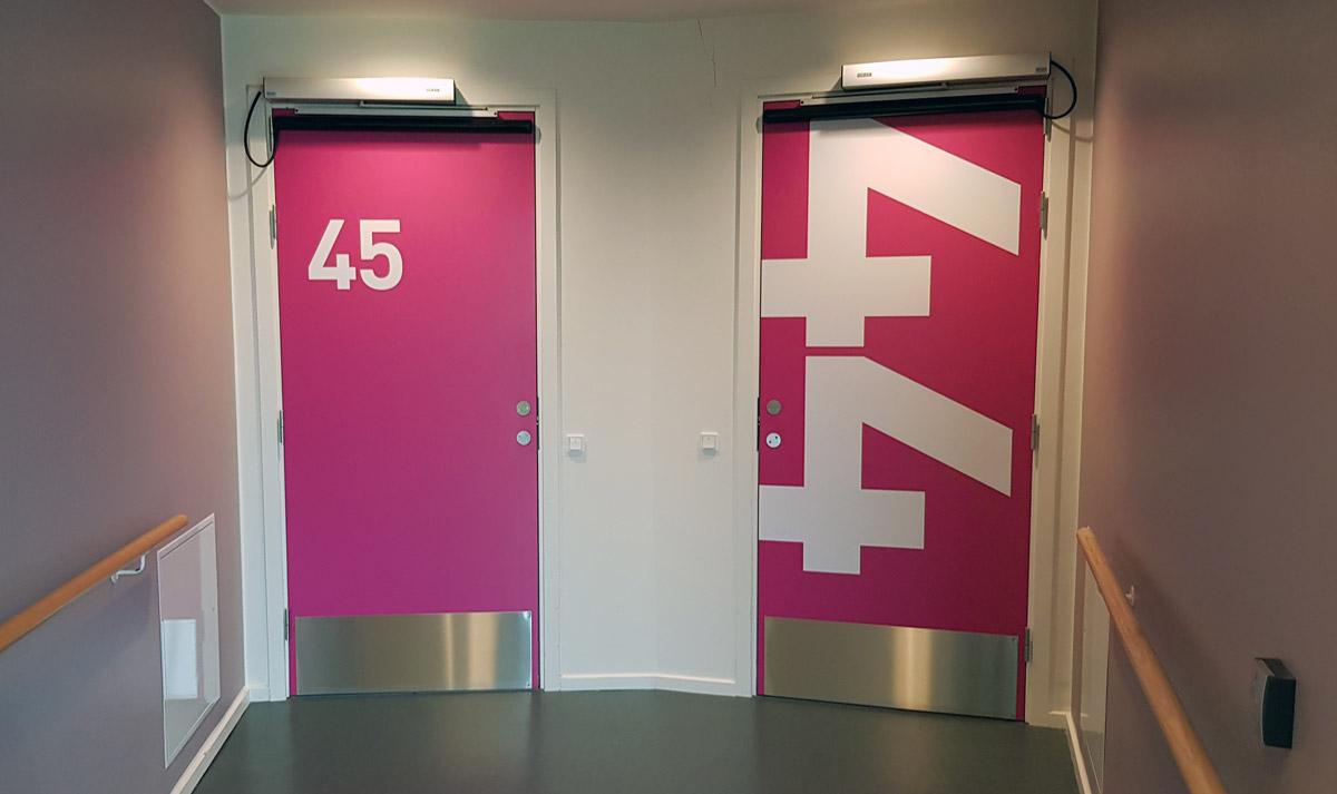 På billedet ses dørene til værelserne