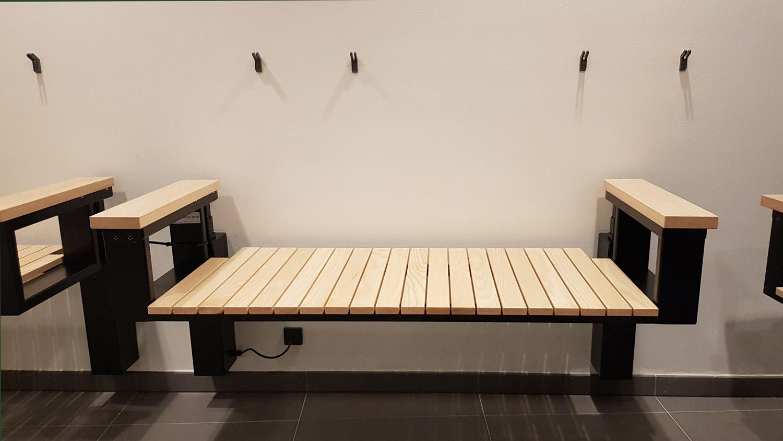 Omklædningsrummene har træbænke, som kan justeres i højden.