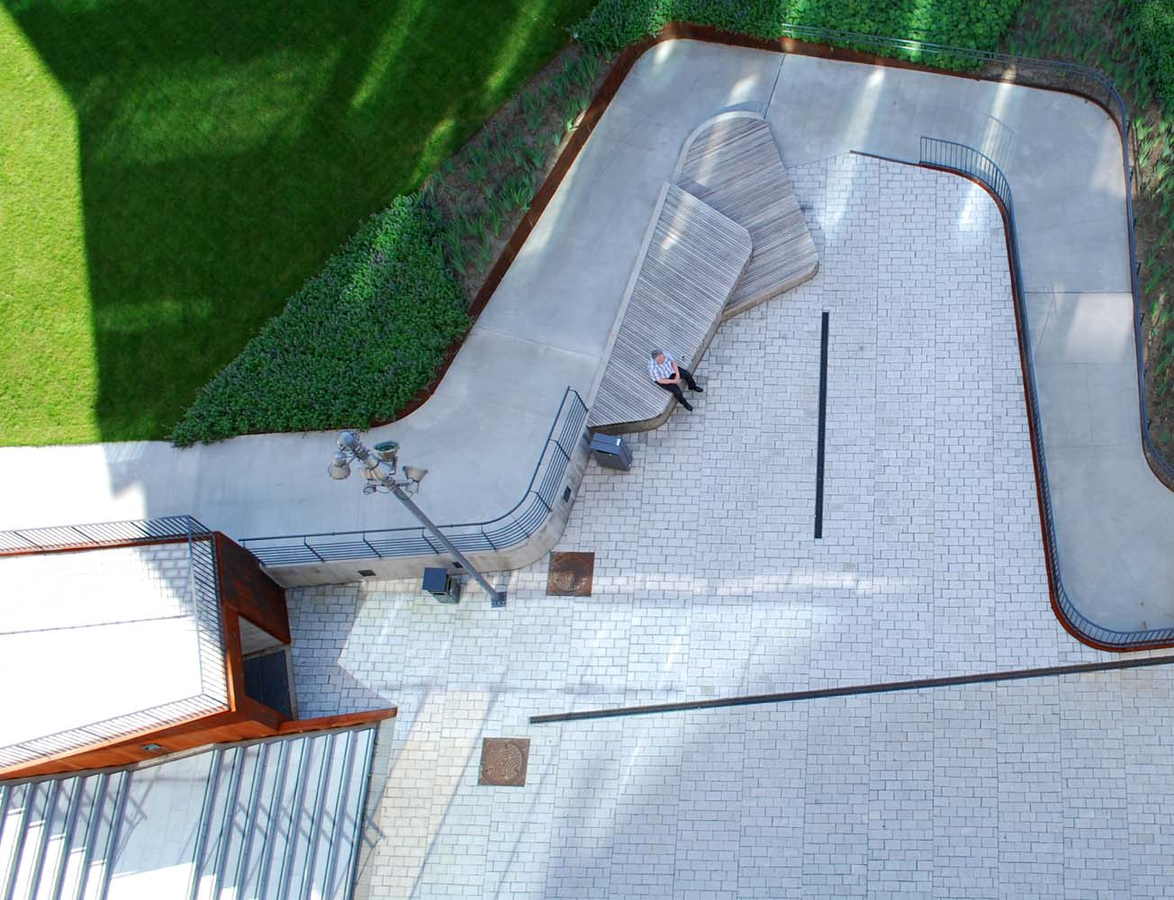 Schandorffs Plass taget oppefra viser sidepladser og slyngende gelænder.