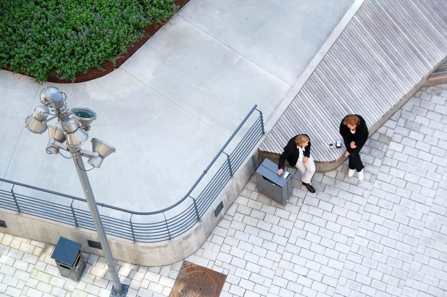 Pladsen giver rig mulighed for at man sidde i det åbne byrum.