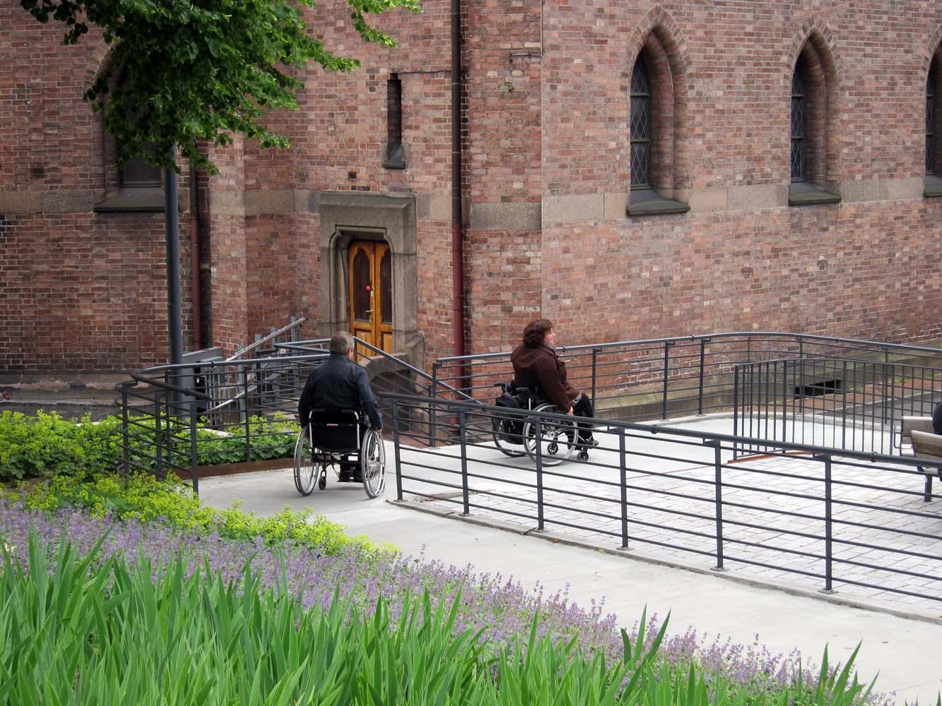 De brede gangveje giver plads til at mennesker på hjul kan vende og passere forbi.